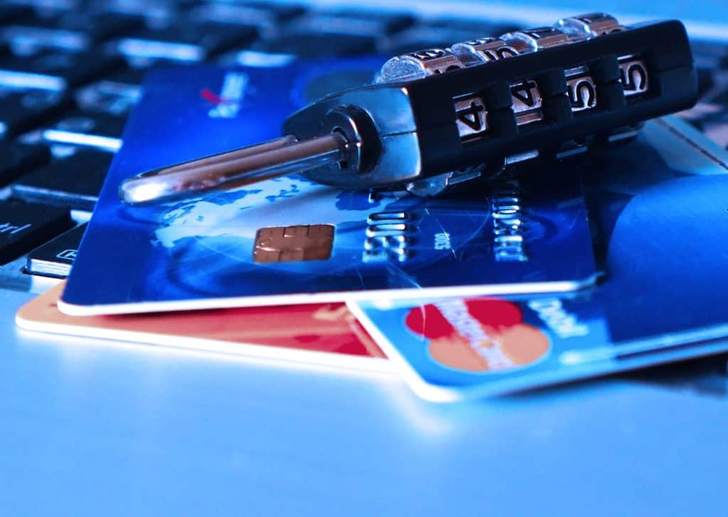 כרטיסי אשראי ומנעול